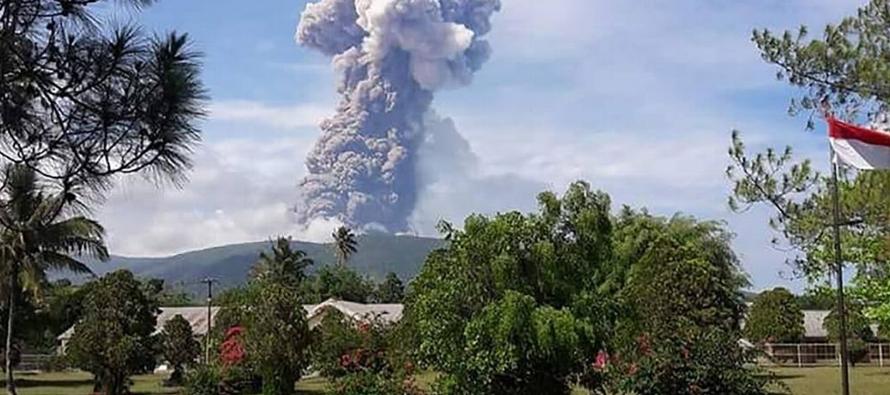 El Soputan, ubicado en la provincia de Célebes Septentrional, arrojó cenizas a 6,000...