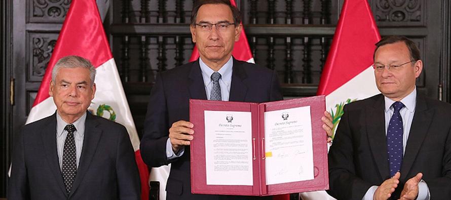En una ceremonia en Palacio de Gobierno, Vizcarra firmó el decreto para una consulta popular...