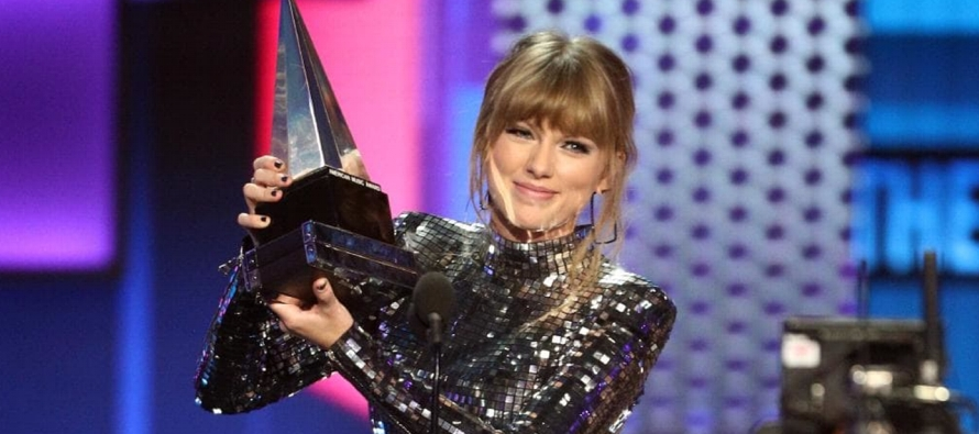 La cantante pop de 28 años logró un récord al llevarse un cuarto trofeo como...