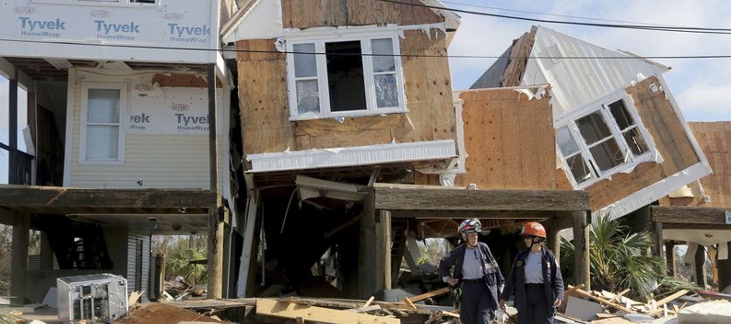 Lo que la marejada ciclónica de 2,7 metros (9 pies) no destruyó, lo hicieron los...