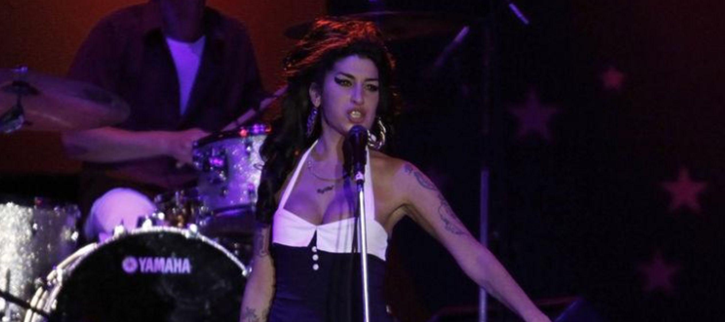 El holograma de Winehouse será proyectado en el escenario frente a una banda en vivo que...