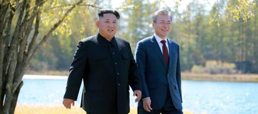 Kim y el presidente de Estados Unidos, Donald Trump, se comprometieron a trabajar para lograr la...