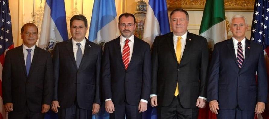 En una reunión con el presidente de Honduras, Juan Orlando Hernández; el mandatario...