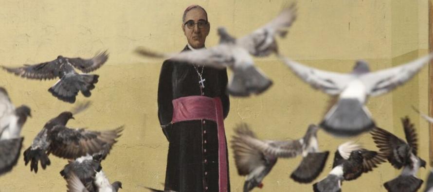 El domingo en el Vaticano, el papa Francisco oficialmente hará de Romero un santo casi...