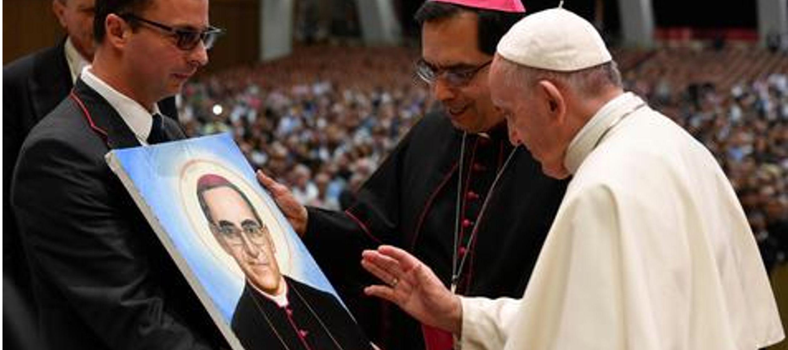 """Por eso, apeló a San Oscar Romero como un vehículo """"para reconciliar a todos los..."""