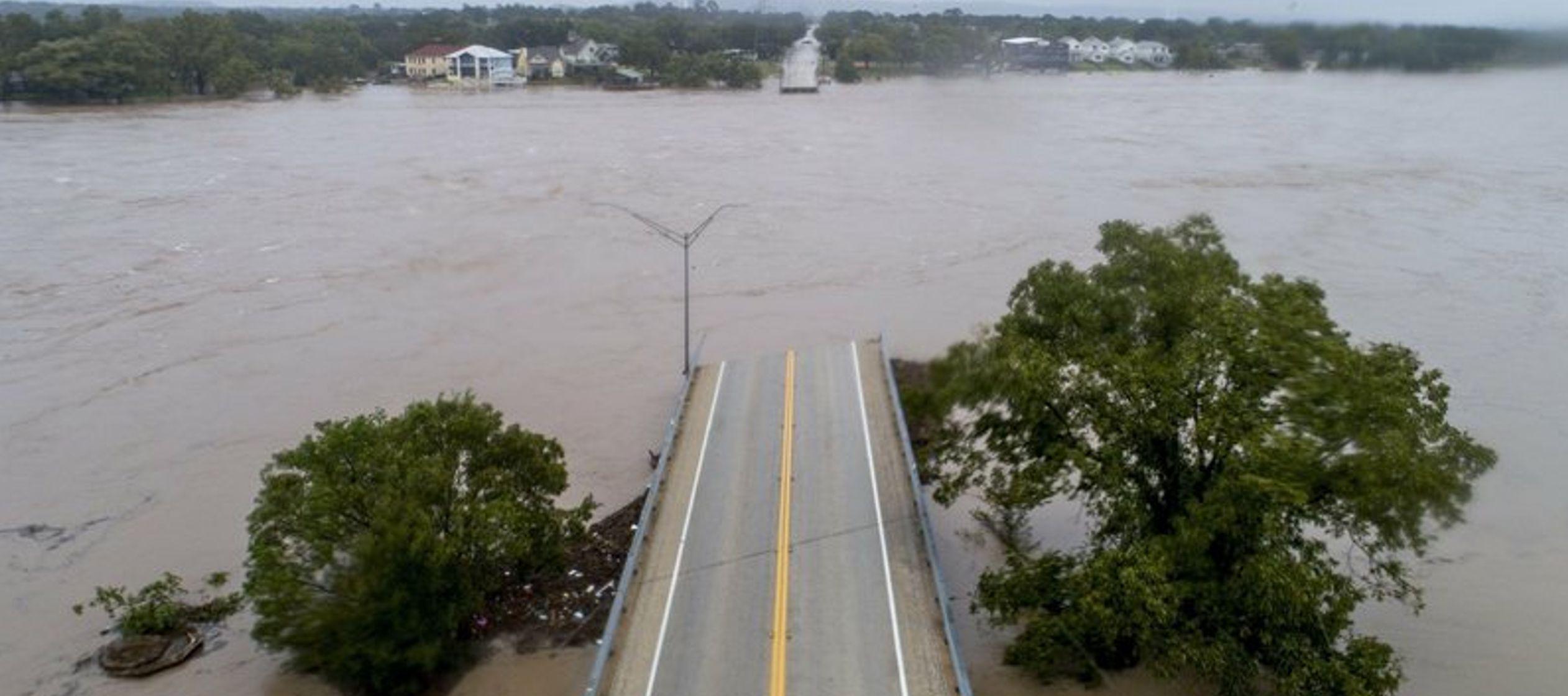Un video muestra el puente desplomándose al ser rebasado por el torrente del desbordado...