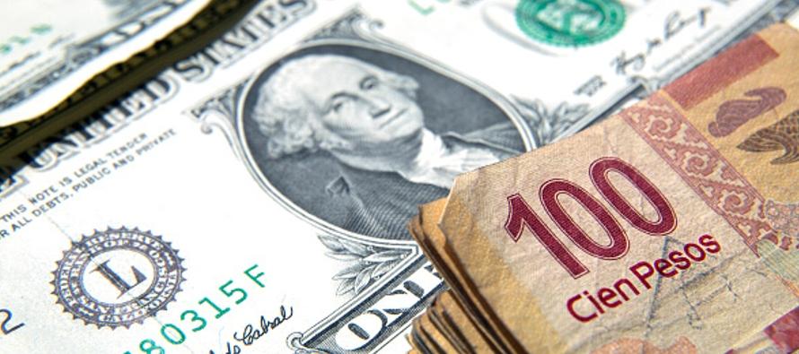 La moneda cotizaba en 18.8582 por dólar, con una baja de 0.57 por ciento, o 10.67 centavos,...