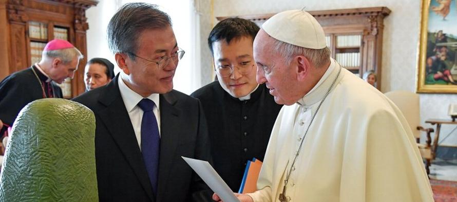 La oficina presidencial surcoreana dijo en un comunicado que el presidente Moon Jae-in...