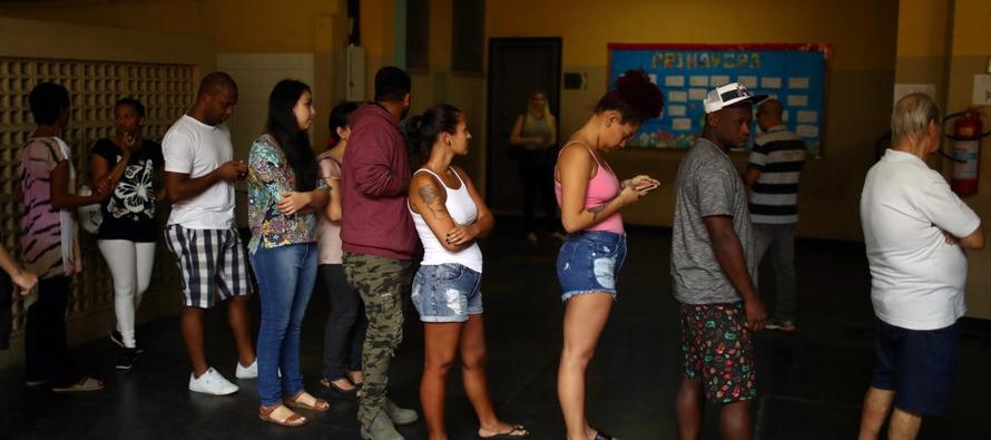 Una encuesta reciente halló que el 44 por ciento de los votantes en Brasil usan WhatsApp...
