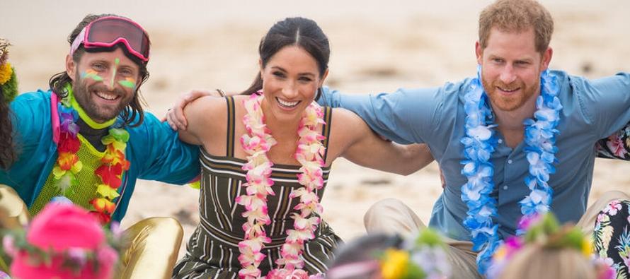 Enrique y su esposa, Meghan Markle, se unieron a un abrazo grupal en la playa Bondi, en un evento...