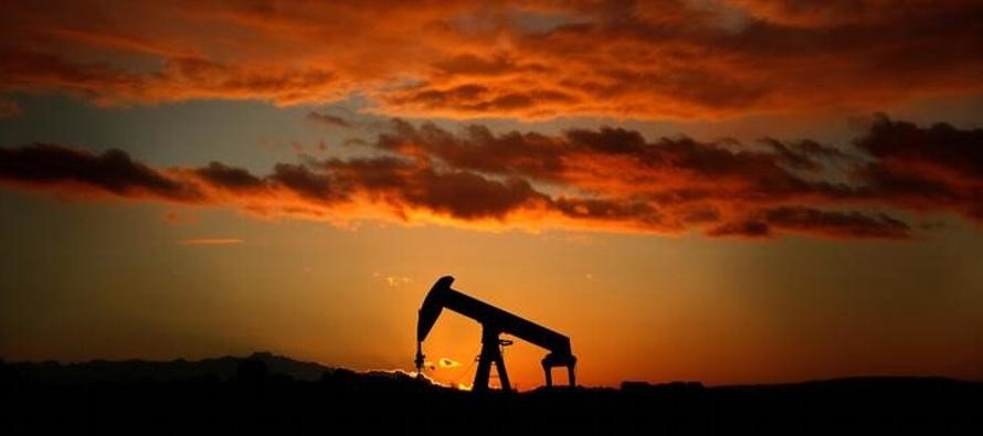 Petróleo se mantiene cerca de los 80 dlr, Arabia Saudita planea subir producción