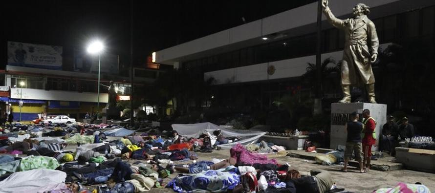 Miles de migrantes en México deciden si siguen marcha a EU