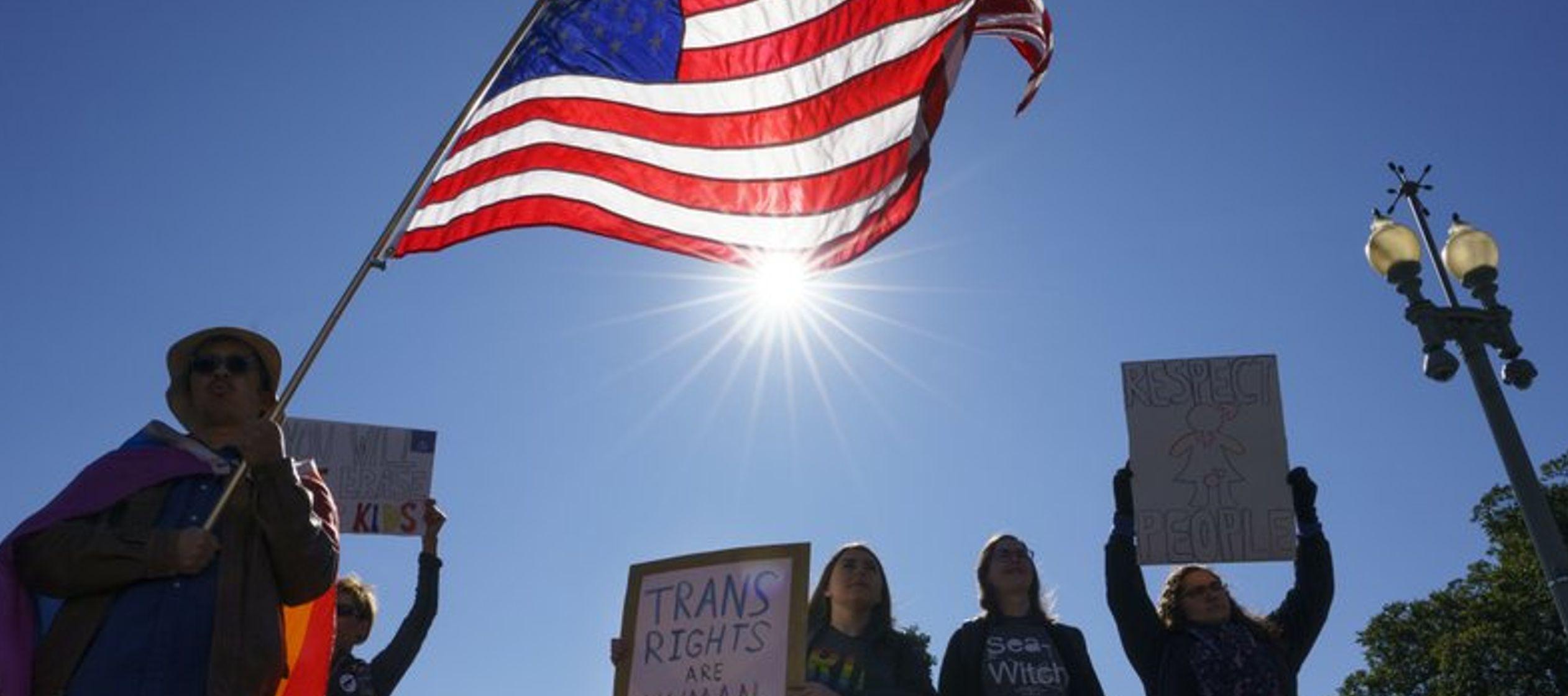 """Los activistas, quienes sostenían carteles que decían """"#Won'tBeErased""""..."""