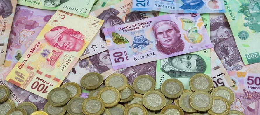 En este contexto, el peso se devaluó 3.62% o 70.1 centavos, cotizando alrededor de 20.06...