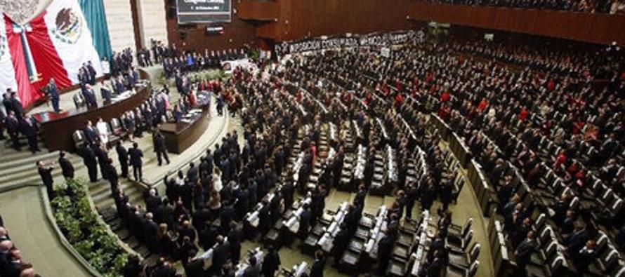 En el marco de una tormentosa sesión, decenas de legisladores de la oposición...