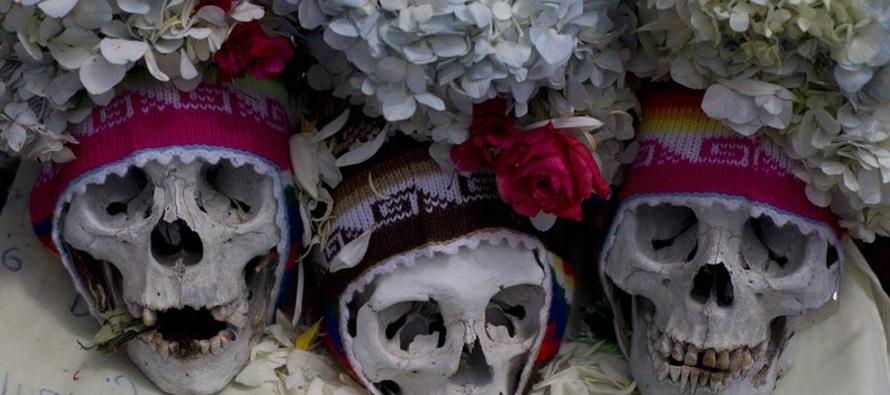 Cada 8 de noviembre los bolivianos les rinden culto a estos cráneos, a los que llaman...