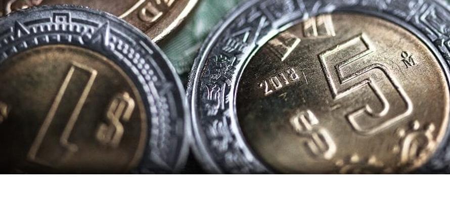 La moneda, que perfila su sexta baja semanal consecutiva, cotiza en 20.2561 por dólar, con...