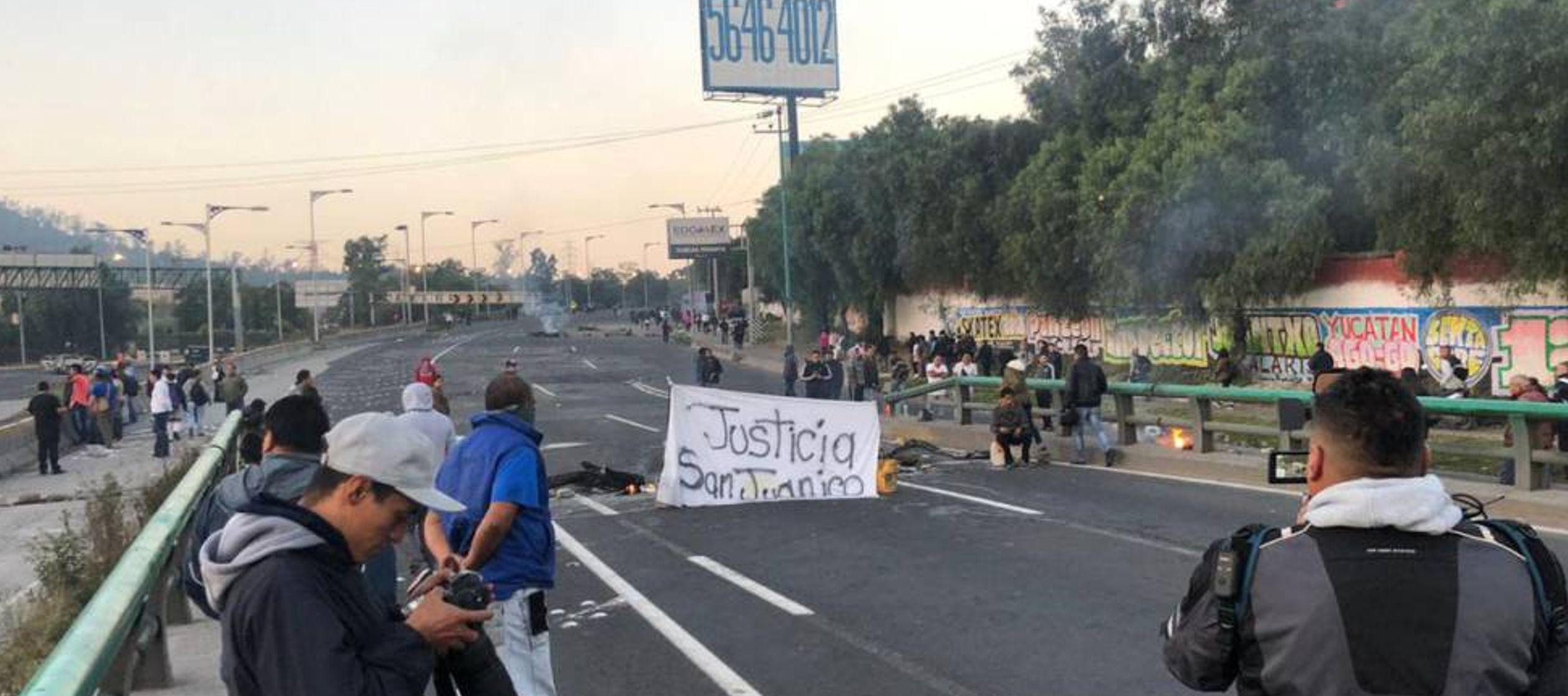 La Policía Federal mexicana choca con vecinos al desalojar una carretera bloqueada durante 19 horas