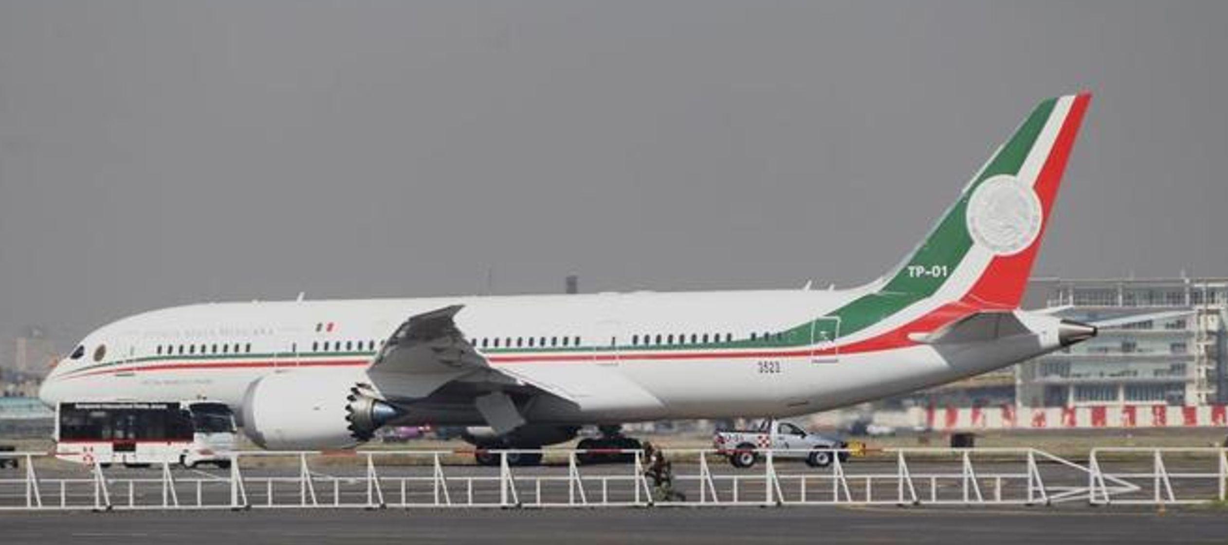 El Boeing 787-8, de 57 metros de largo y 60 de ancho, ha despegado alrededor de las 11.00 horas...