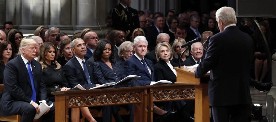 El saludo de mano entre Trump y Obama marcó la primera interacción directa entre el...