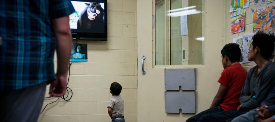 La grabación captó a diez niños centroamericanos que lloraban y suplicaban a...