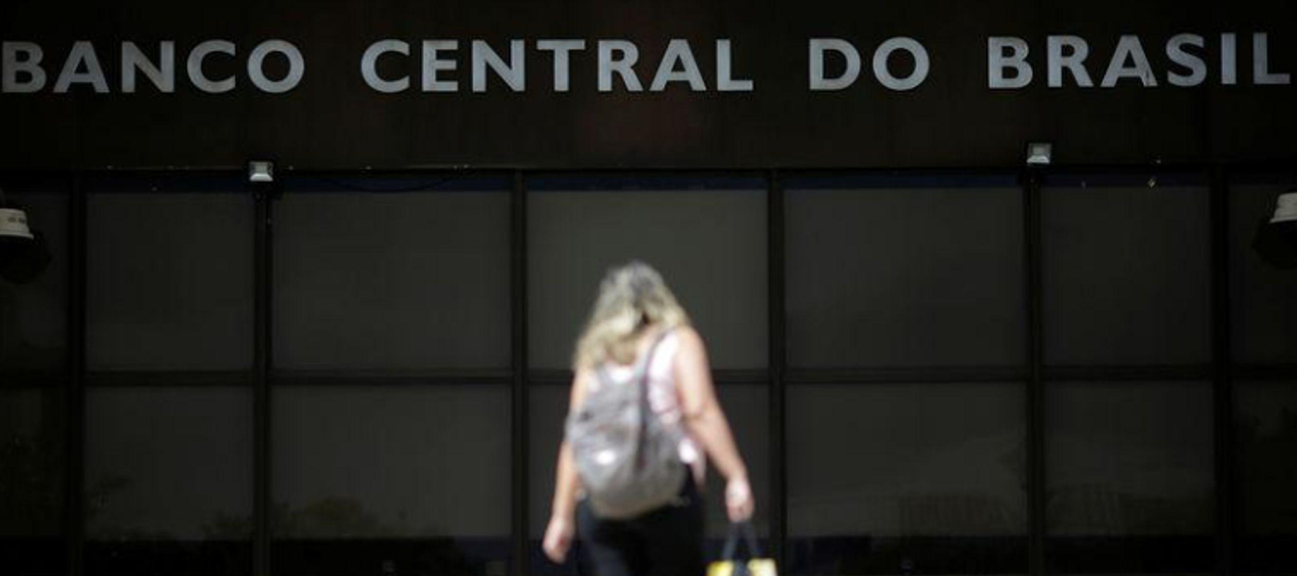 Banco Central de Brasil mantiene tasas en mínimo histórico, sugiere ralentización en alzas