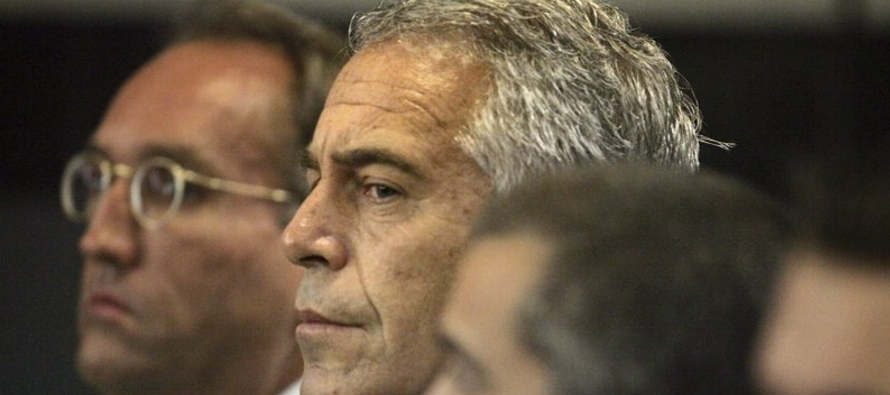 Epstein, el multimillonario financista acusado de abuso sexual de menores, salió del...