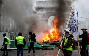 Un movimiento popular de protesta en Francia ha crecido y se ha radicalizado, dando rienda suelta a actos violentos que devastaron el centro de París durante un fin de semana de disturbios y exhibiendo una fractura en el país entre los ricos y los pobres.