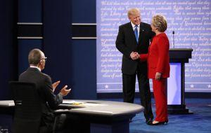 La confrontación que muchos esperaban el lunes en la noche durante el debate presidencial entre Donald Trump y Hillary Clinton no se hizo esperar. Trump demostró su impaciencia y poca experiencia política.
