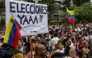 Alentada por la masiva votación en un plebiscito contra el Gobierno de Nicolás Maduro, la oposición venezolana prometió el lunes intensificar las protestas para forzar al mandatario socialista a retroceder en su intento de convocar a una Asamblea Constituyente.