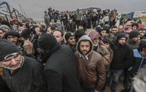 """El fuerte ataque por tierra y los bombardeos aéreos al este de Alepo han obligado a cerca de 16,000 personas a huir para salvar su vida en los últimos días. """"Si no sales de estas zonas pronto serás aniquilado"""", advertían panfletos."""