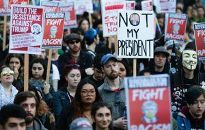 """Miles de personas protestaron el lunes en contra del presidente Donald Trump en varias partes de Estados Unidos, en marchas y manifestaciones por el Día de los Presidentes que fueron llamadas """"Día del que no es mi presidente""""."""
