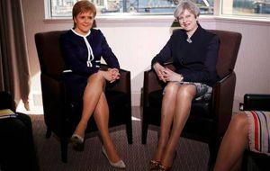 El diario británico Daily Mail recibió críticas el martes por una fotografía de portada que pone la atención sobre las piernas de la primera ministra del país, Theresa May, y su homóloga de Escocia, Nicola Sturgeon.