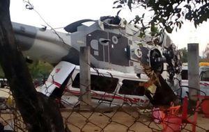 Un helicóptero de la Fuerza Aérea se desplomó la noche del viernes en la localidad de Santiago Jamiltepec, Oaxaca. Los tripulantes de la aeronave resultaron ilesos, pero catorce personas que se encontraban en el terreno fallecieron y otras quince están lesionadas.