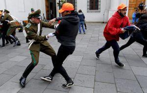 Una treintena de jóvenes chilenos se ubicó cerca de la entrada principal  del palacio presidencial y simulando ser turistas ingresaron. Los guardias no lograron controlarlos a todos.