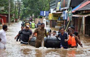 Los equipos de rescate trabajan contrarreloj para evacuar a las últimas personas que permanecen atrapadas en la sumergida Kerala, en el sur de la India, donde las graves inundaciones de los últimos días han causado más de 200 muertos.