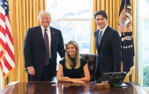 """Ivanka Trump ha publicado en su cuenta de la red social Instagram una foto de sí misma sentada y flanqueada por su padre y Justin Trudeau, con un texto: """"Una gran discusión con dos líderes mundiales sobre la importancia de que las mujeres también se sienten a la mesa""""."""