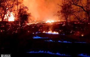 Un tercer río de lava encontró el jueves su camino hasta el océano, en la tercera semana desde que la erupción del Kilauea abrió casi dos docenas de fisuras volcánicas en comunidades rurales, destruyó decenas de inmuebles y arrojó columnas de cenizas al cielo.