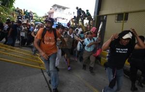 La llegada de la marea de migrantes a territorio nacional  estuvo marcada por momentos de tensión entre las familias hondureñas y las fuerzas de seguridad de Guatemala y México.