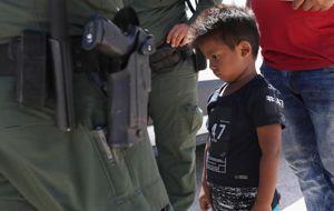 """Más de 2,300 niños fueron separados de sus padres en la frontera entre México y Estados Unidos entre el 5 y el 9 de junio bajo la política de """"tolerancia cero"""" del Gobierno de Donald Trump. En algunos casos, los padres son deportados antes de encontrar a sus hijos."""