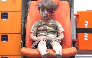 La expresión perdida de un niño sirio, cubierto de polvo, ensangrentado y sentado recto en la silla de una ambulancia ha vuelto a recordar al mundo que en Siria se está viviendo la que sin duda ya es la mayor tragedia del siglo XXI.