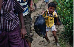 Desbordados por la incesante afluencia de refugiados rohingya, que han comenzado a adentrarse hacia el interior del país, las autoridades de Bangladesh dictaron el sábado nuevas ordenanzas para intentar contener esta oleada humana en las zonas de la frontera.