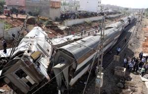 El personal de seguridad se ve en el sitio en el que se registró un descarrilamiento de trenes en Sidi Bouknadel, cerca de la capital marroquí de Rabat, Marruecos.