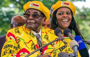La sed de poder de Grace Mugabe enfureció lo suficiente al Ejército como para actuar en contra de su marido, el eterno presidente de Zimbabue, quien, a punto de caer, ve alejarse su promesa de gobernar el país hasta los cien años.